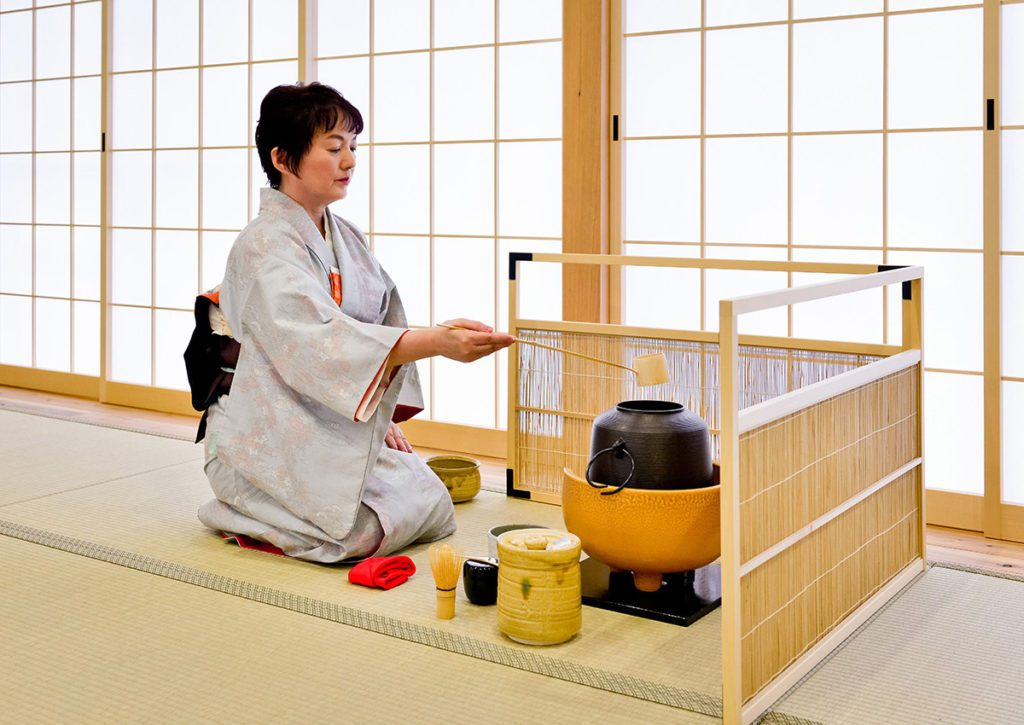 Which tea ceremony school does Maikoya follow?