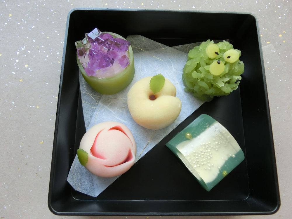 What kind of sweets are used for the tea ceremony?